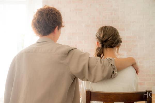彼氏に手を回される彼女