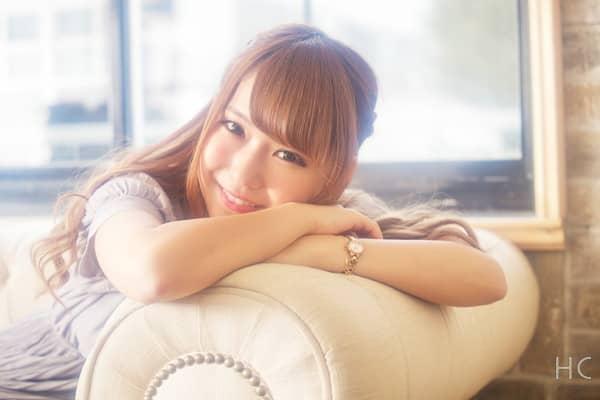 ソファに座る笑顔の女性