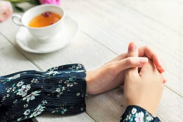 紅茶の前で組んである手