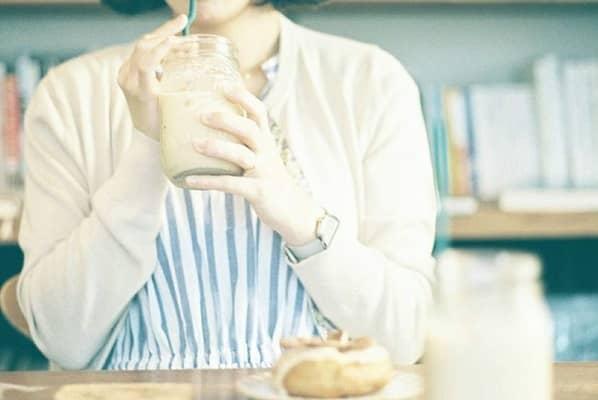 ミルクティーを飲む女性